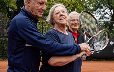 Fleurig tenniskoppel laat zich opnieuw prikkelen met OldStars tennis